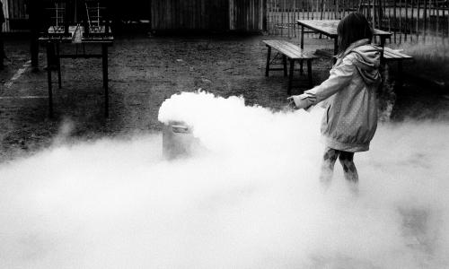 Enfant jouant avec de la carboglace.