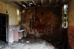 L'intérieur d'une des maisons abandonnées qui bordent la cimenterie.